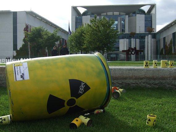 [Atommüll vor dem Kanzleramt (Foto: D. Palloks)]